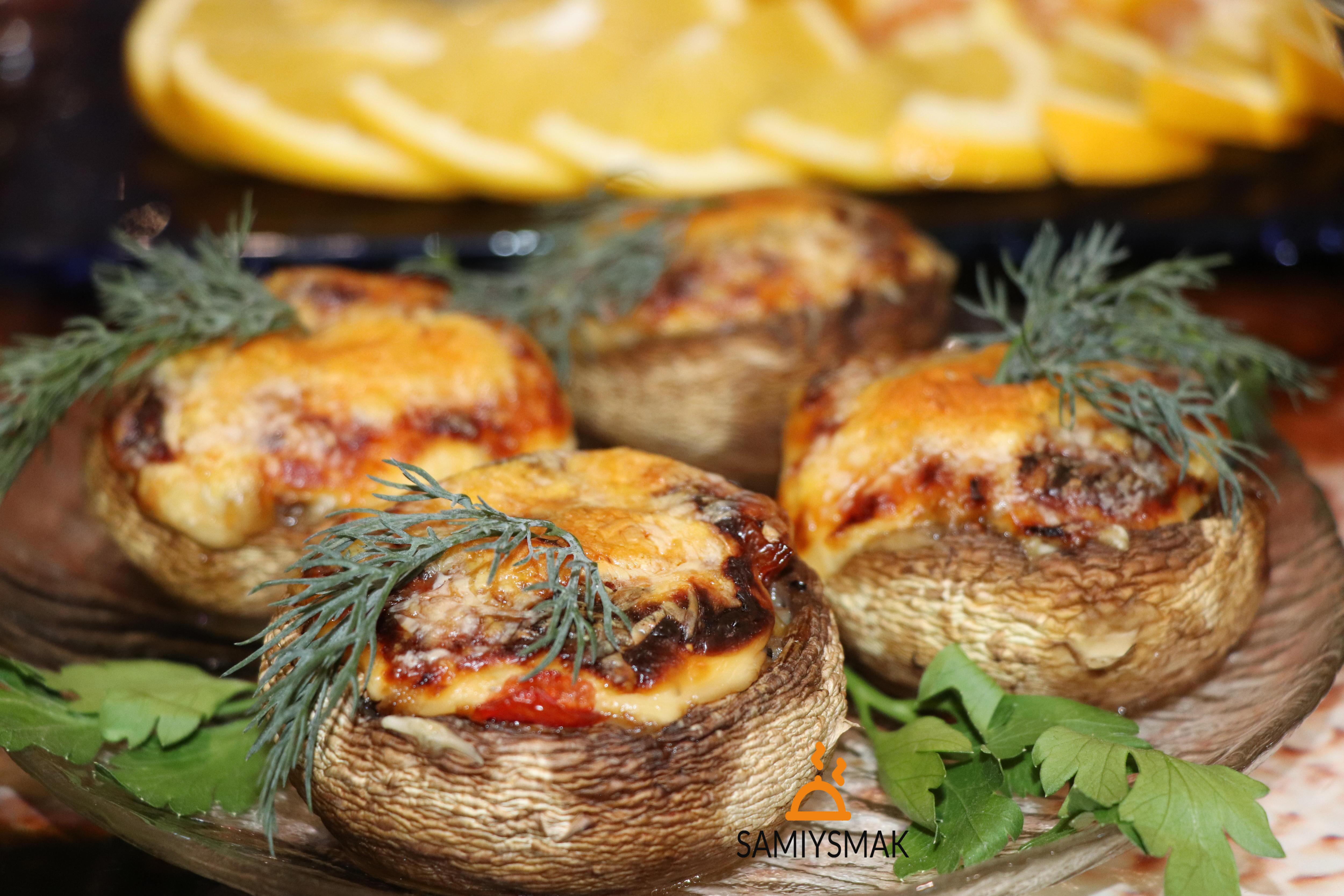 Шампиньоны фаршированные с овощами и сыром