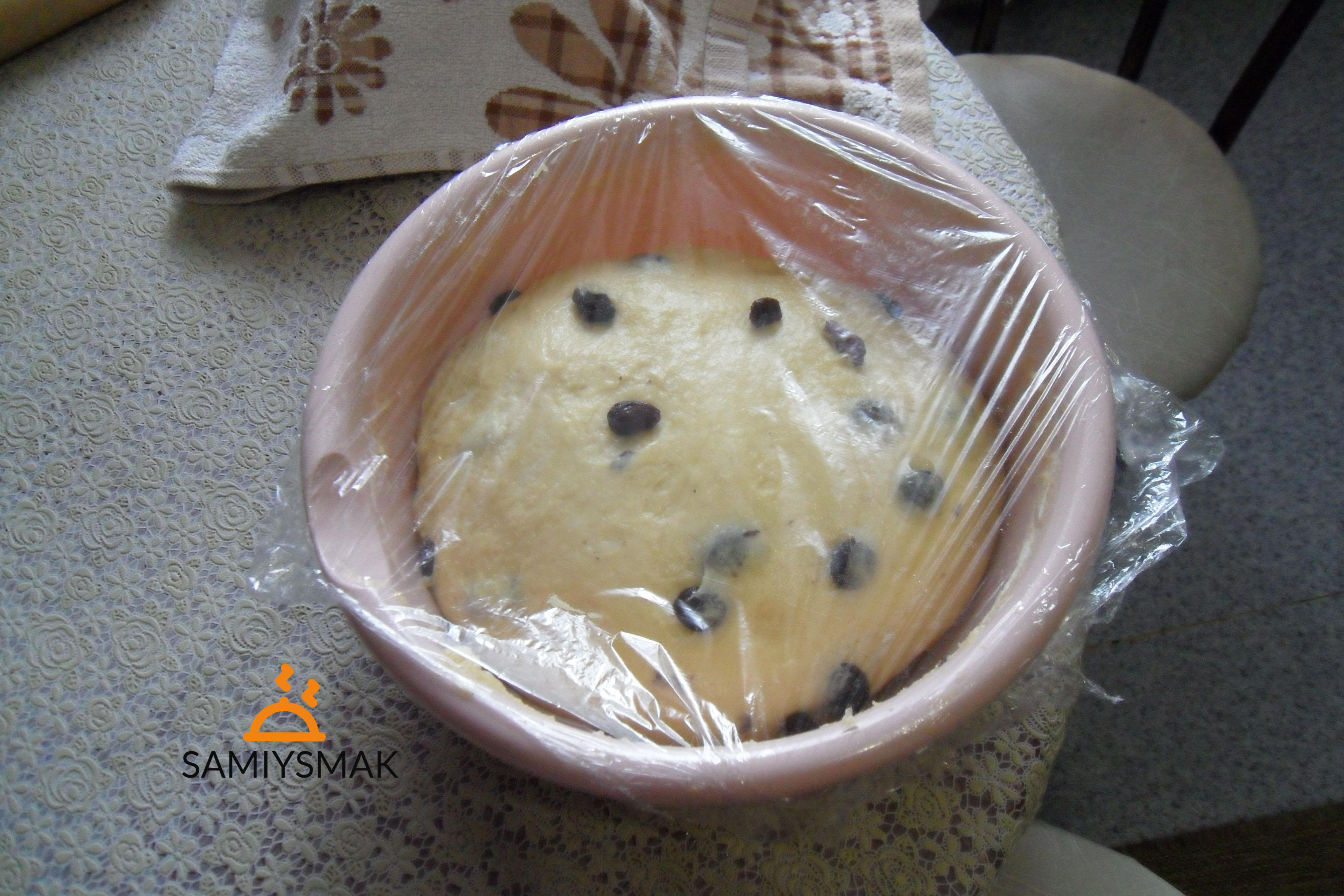 Тесто с сухофруктами под пленкой