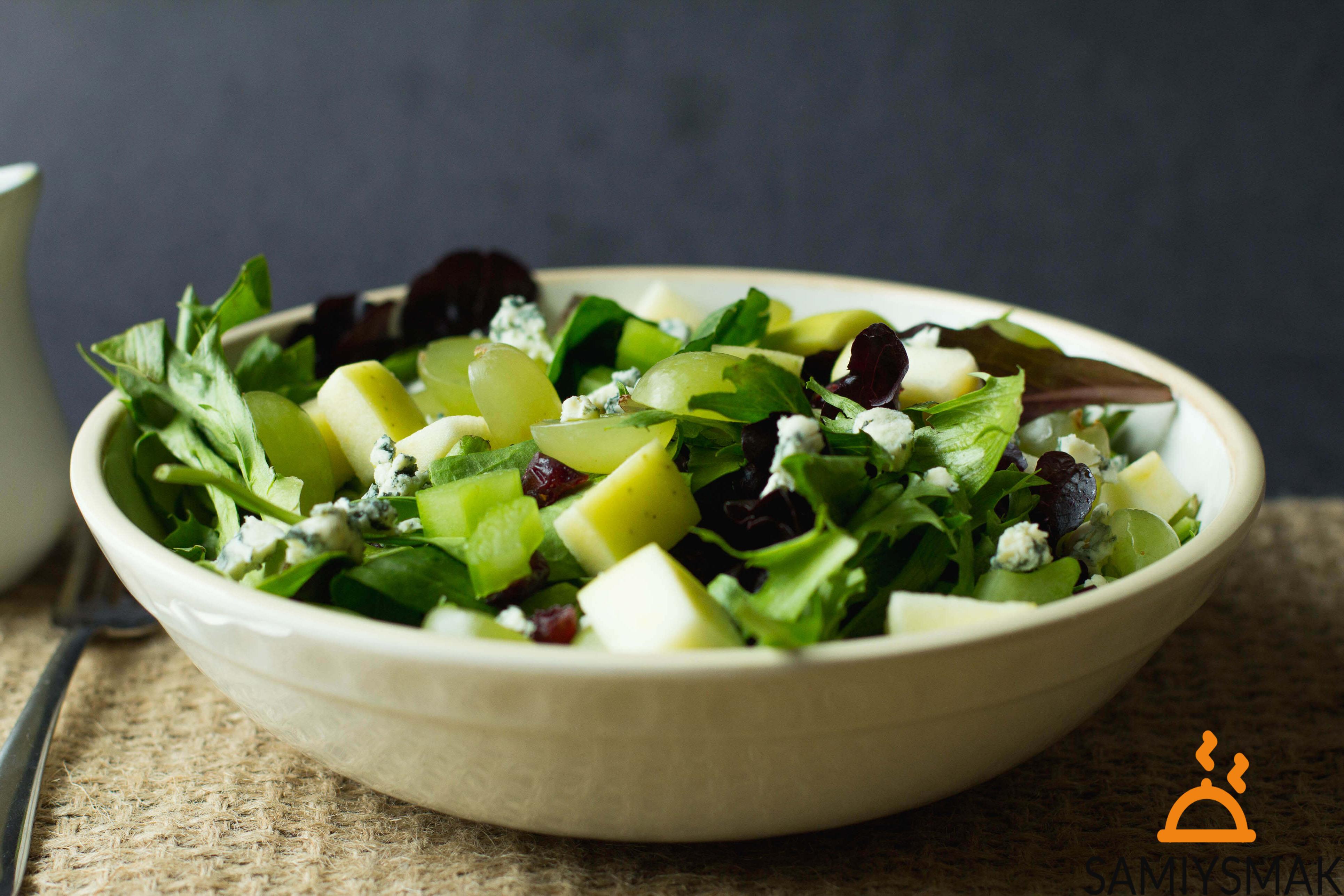 Летний салат с зеленью и лимонным соком