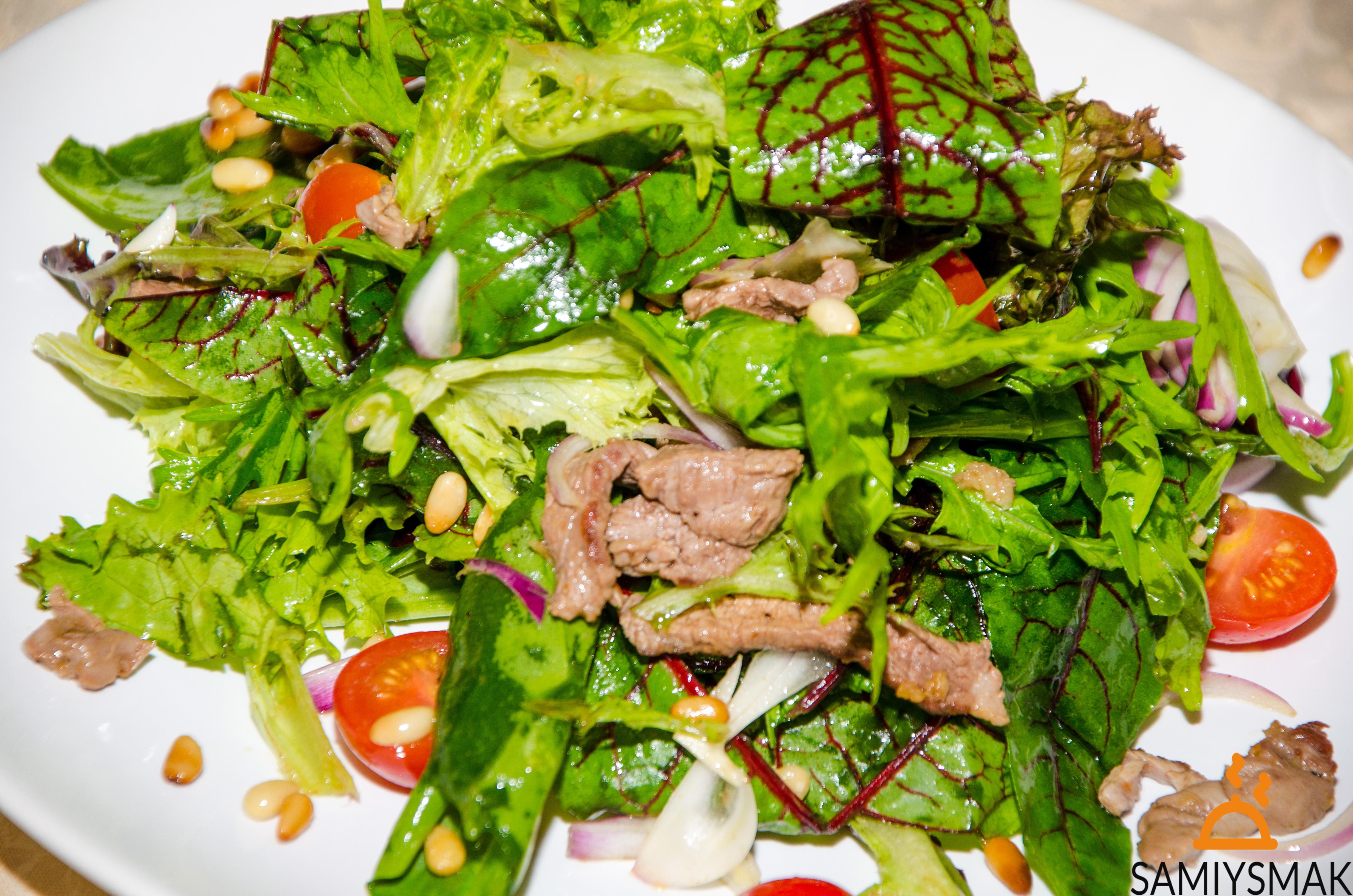 Летний салат с листьями свеклы
