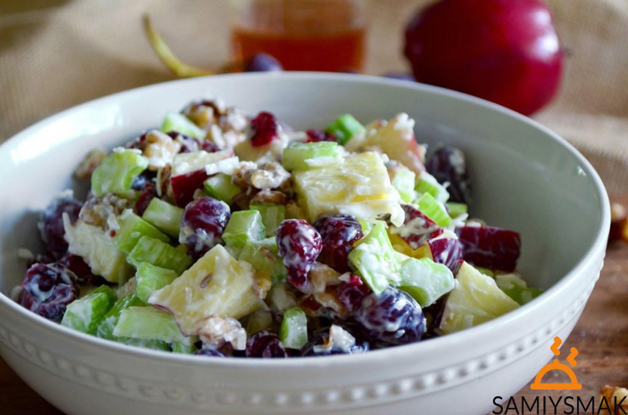 Салат с яблоками и виноградом
