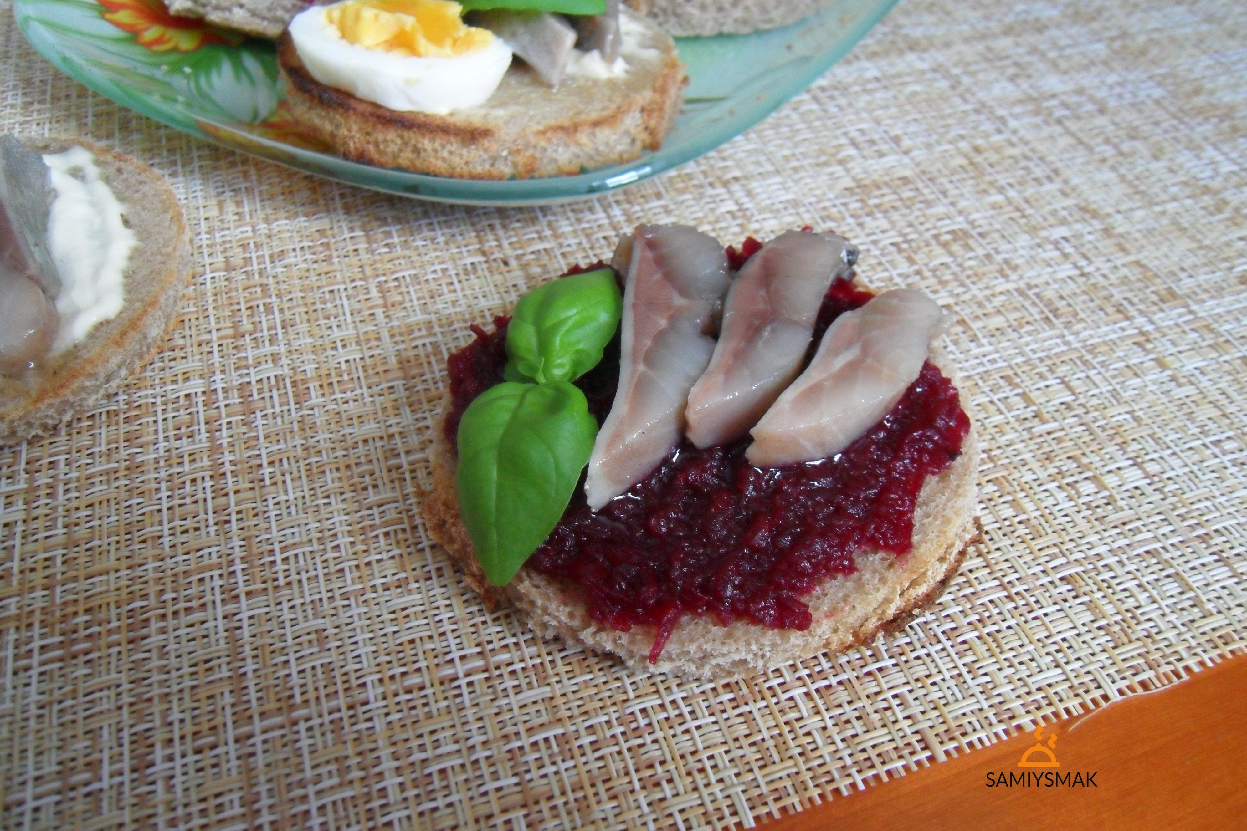 Бутерброд со свеклой и сельдью