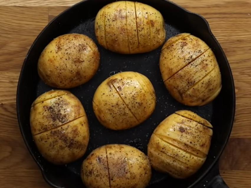 Печеный с перцем картофель на сковороде