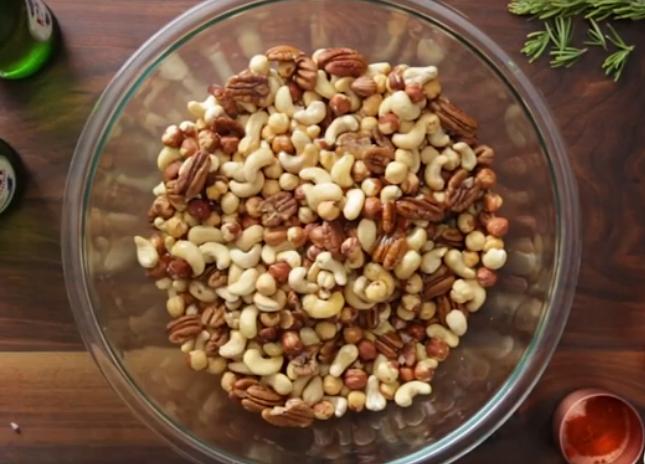 Разные орехи в чашке