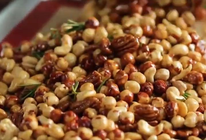 Запечь орехи с розмарином