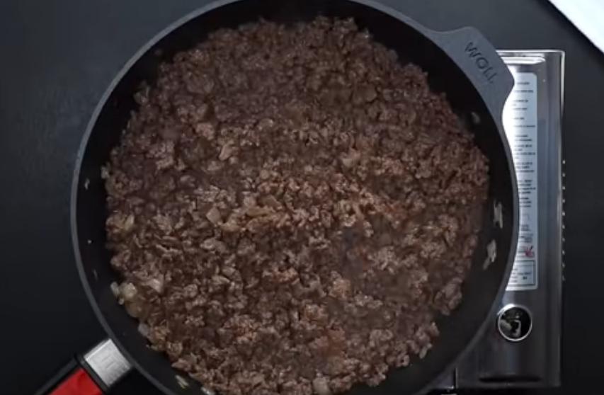 Фарш на сковороде с маслом