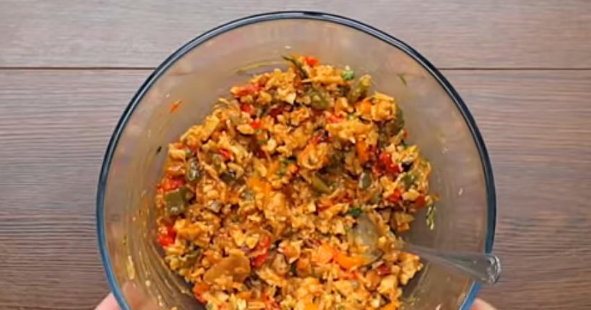 Измельчить овощи с курицей