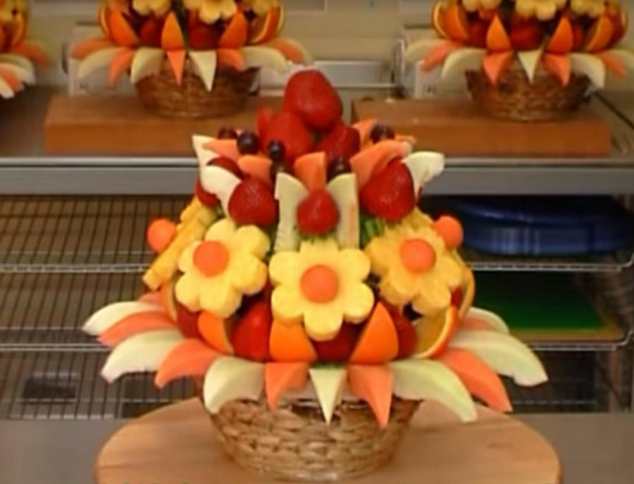 Нарезка фруктов в букете