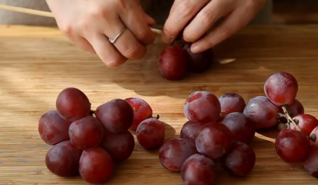 Виноградины на столе