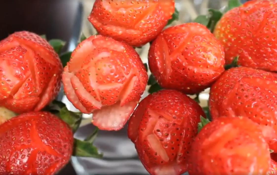 Букет из ягод в виде роз