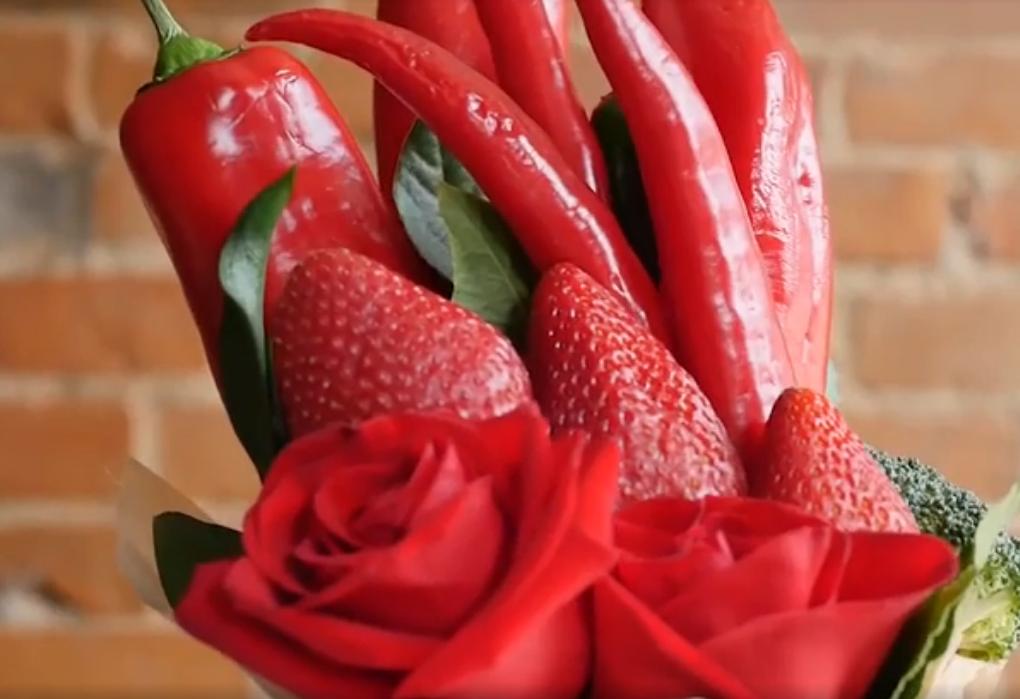 Букет в красных тонах с ягодами