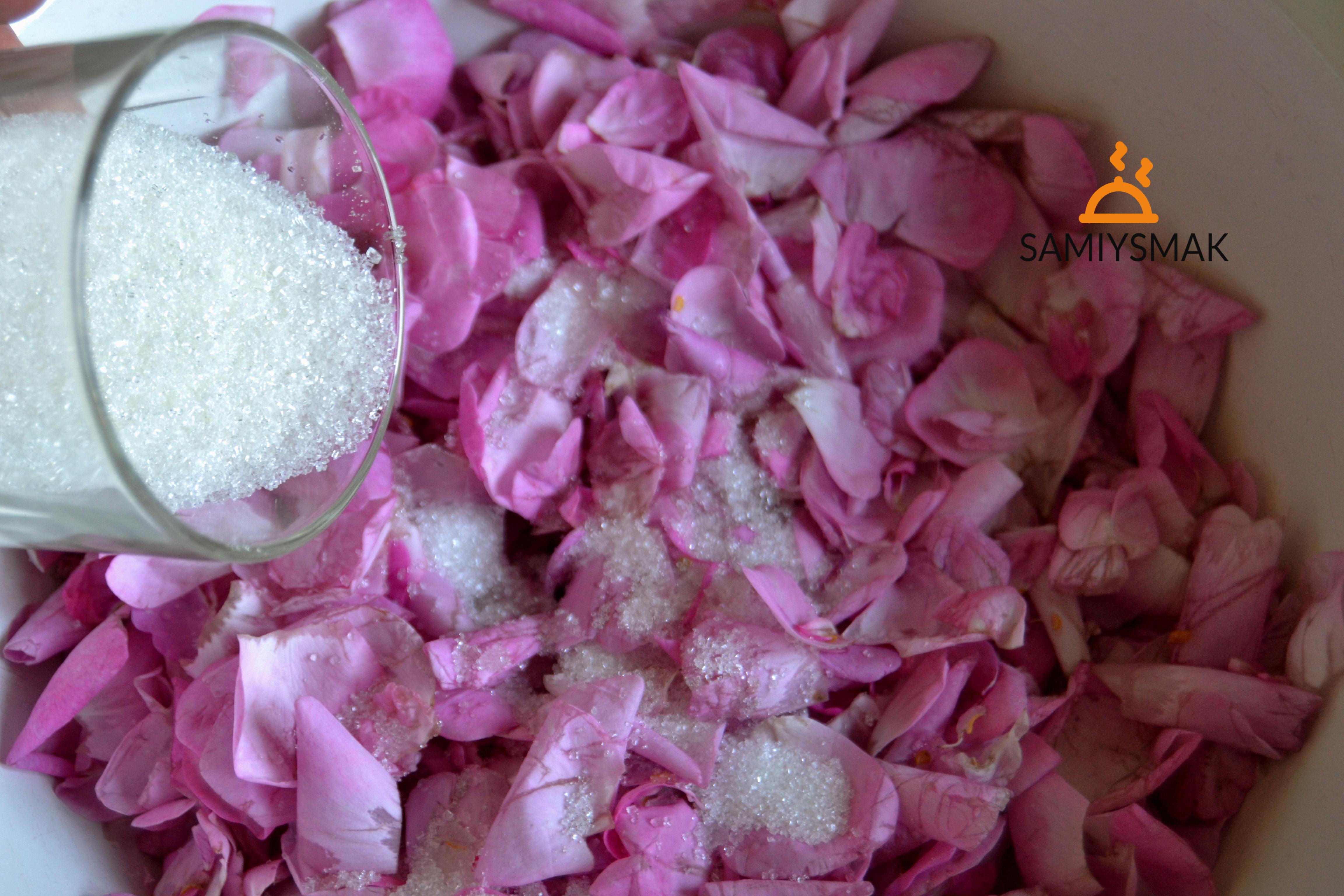 Лепестки и сахар