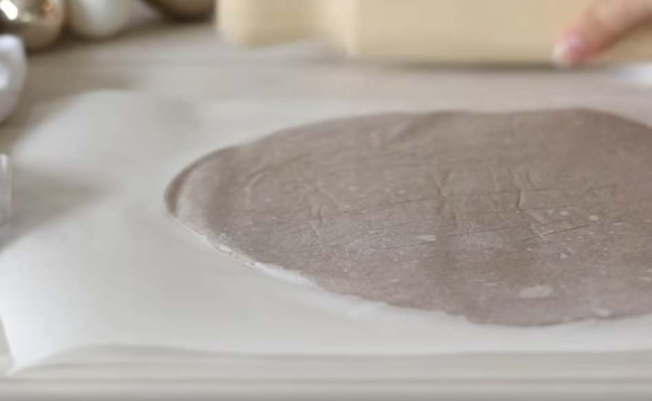 Раскатанное тесто в бумаге
