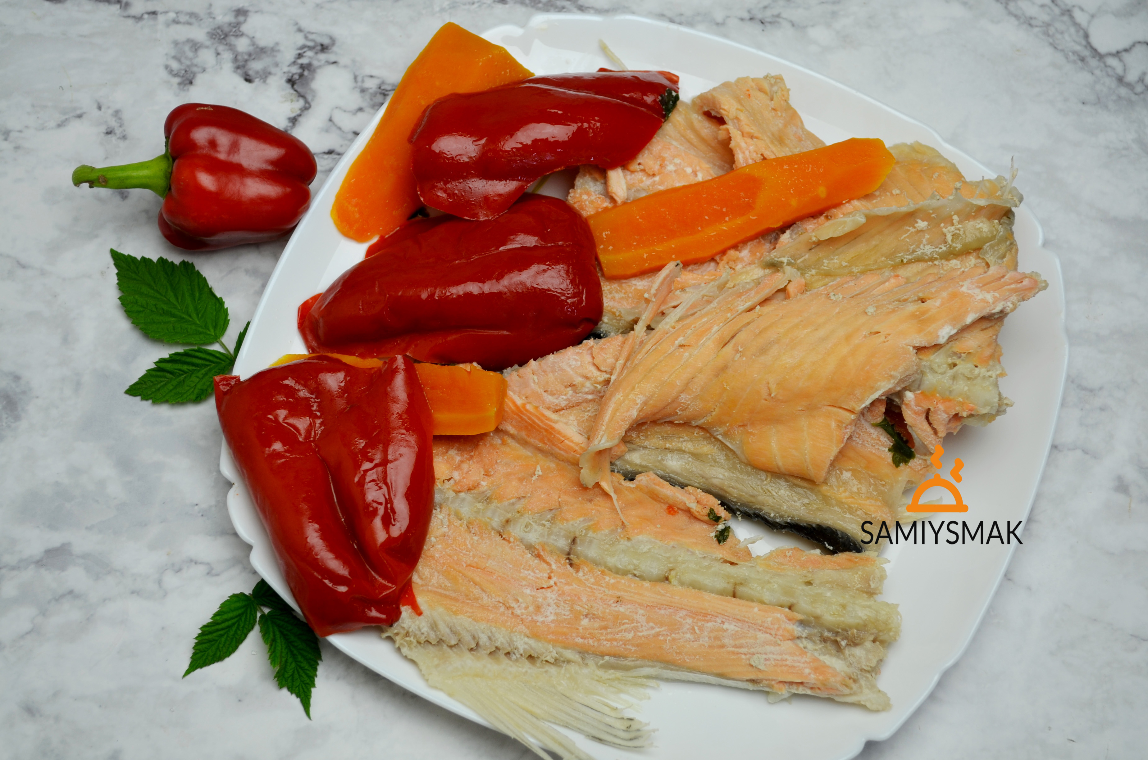 Овощи с рыбой на тарелке