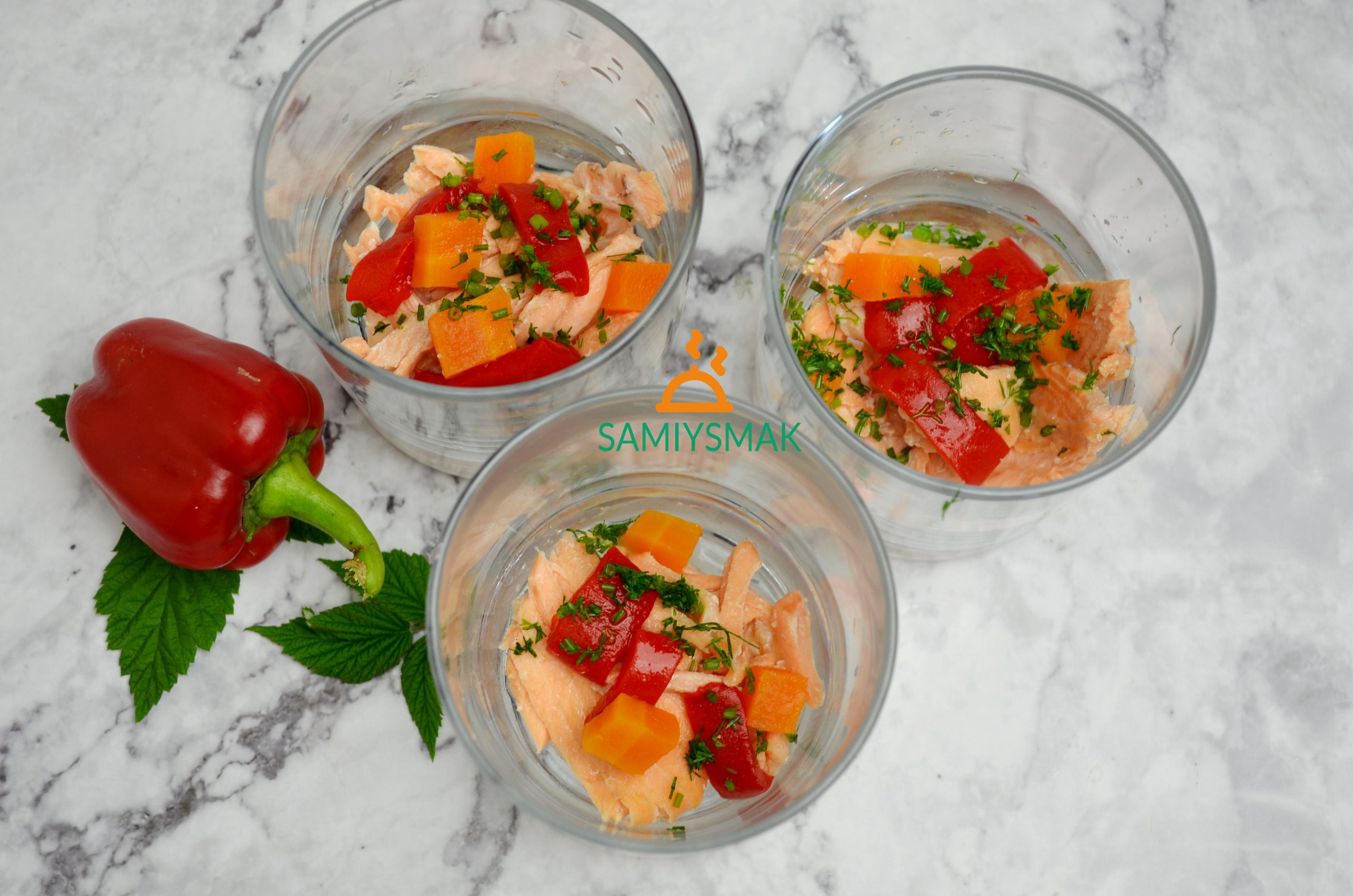 Овощи в стаканах с рыбой