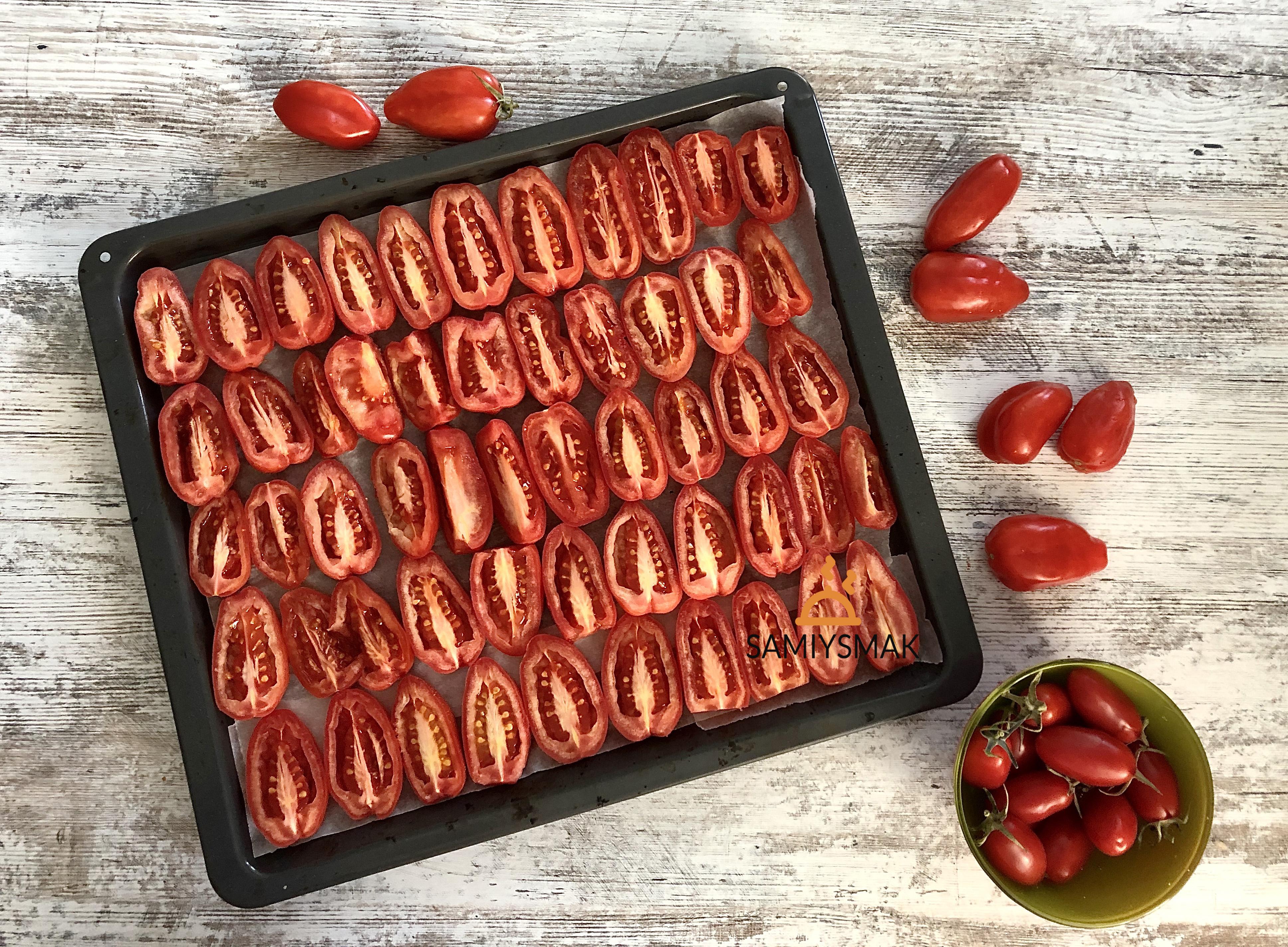 Нарезка томатов на противне