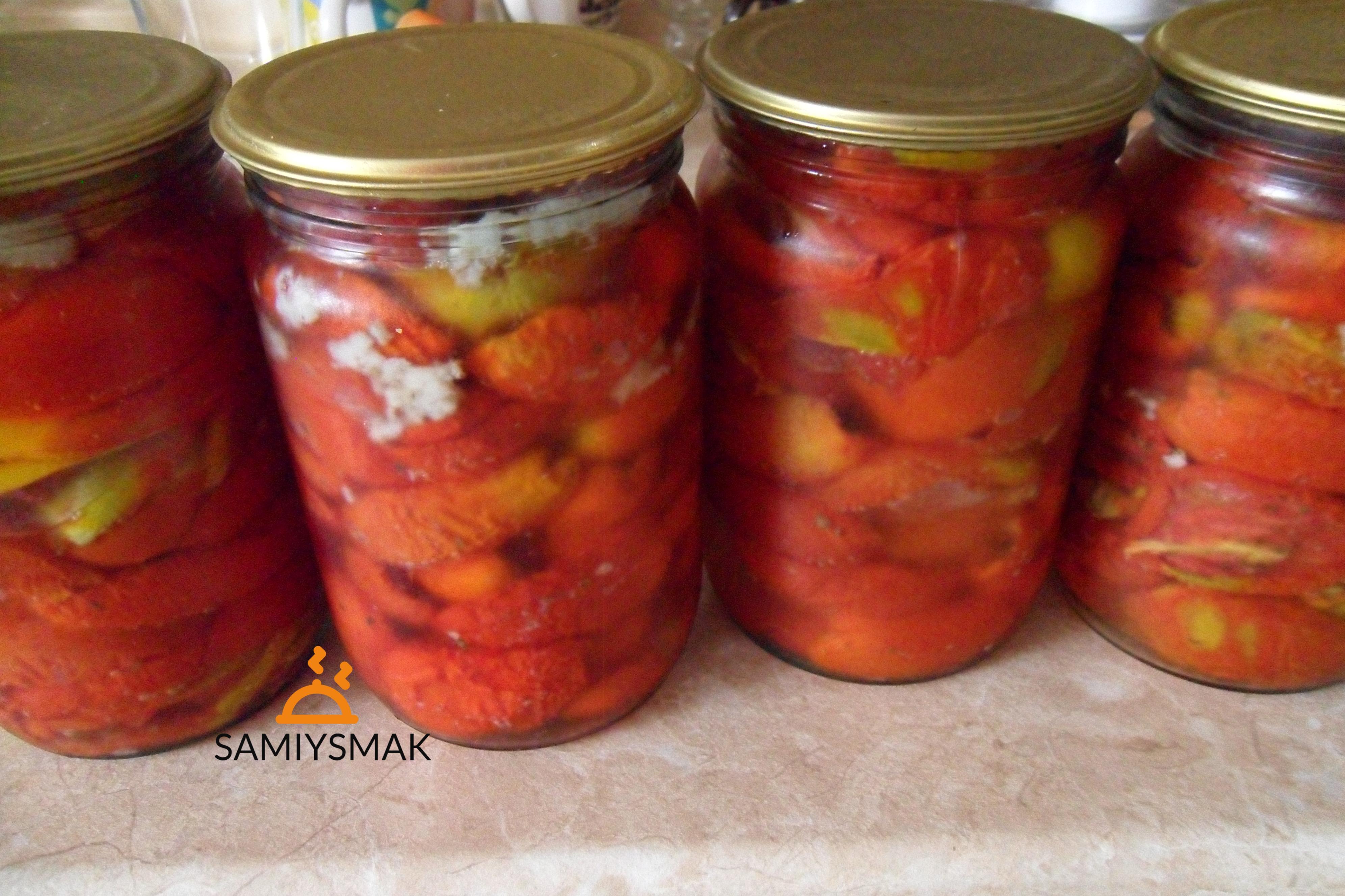 Стерилизованные томаты в банках