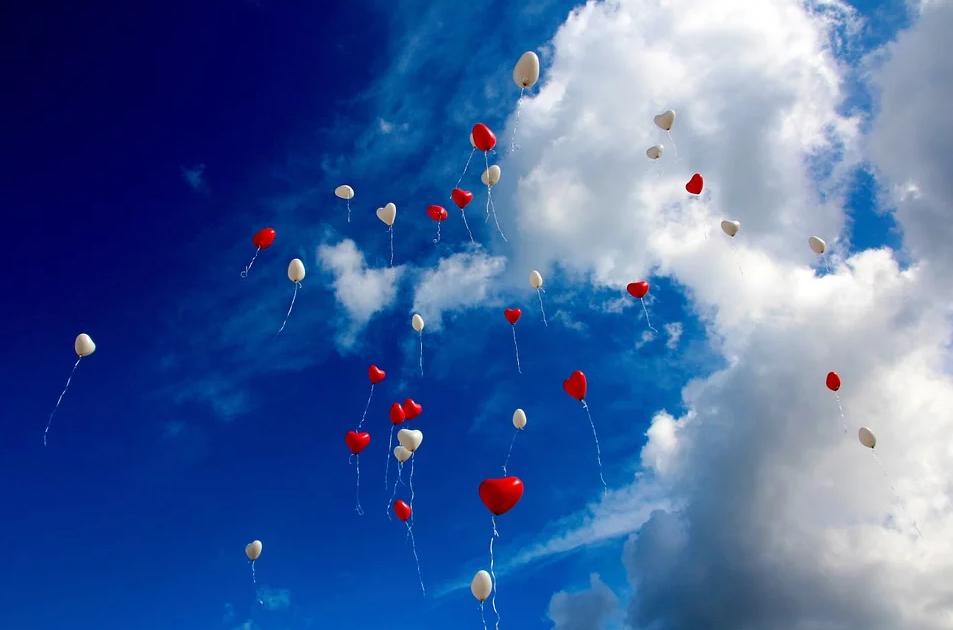 Шары в виде сердец в небе