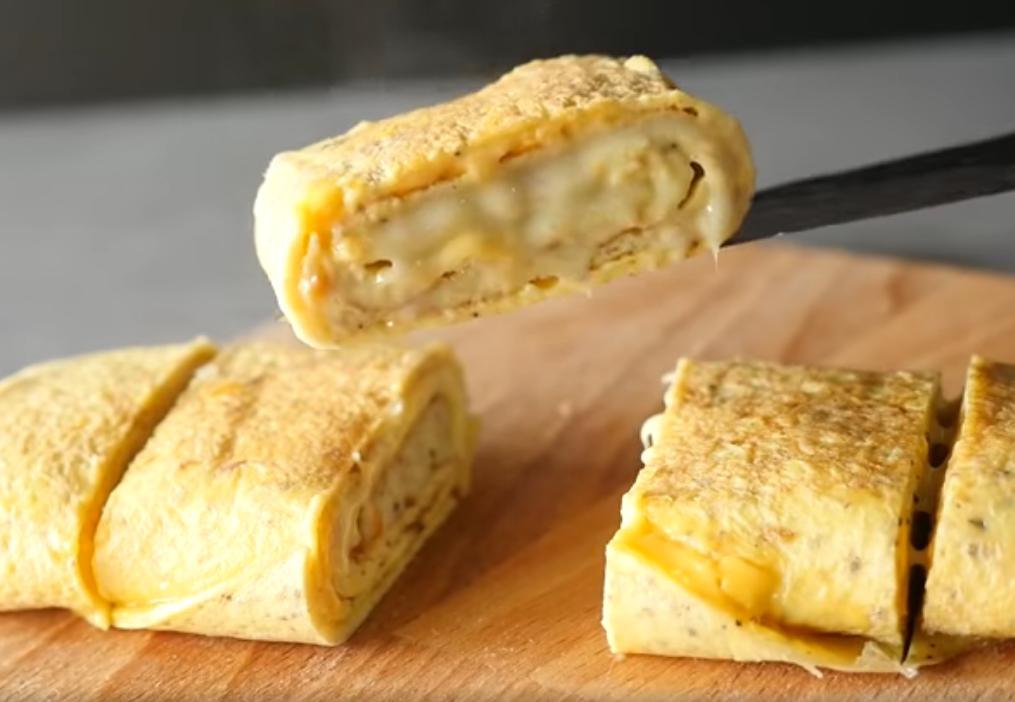 Рулет из яиц на сковороде с сыром