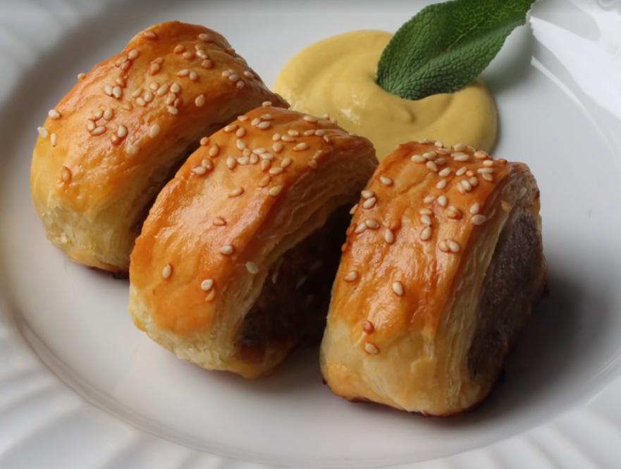 Кусочки мяса в тесте с соусом