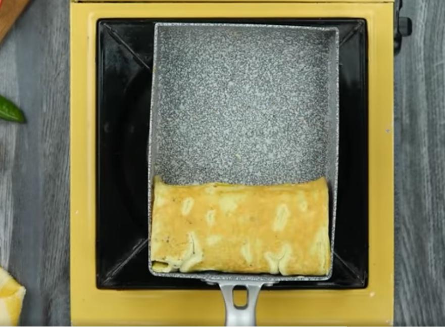 Сковорода с омлетом в виде рулета