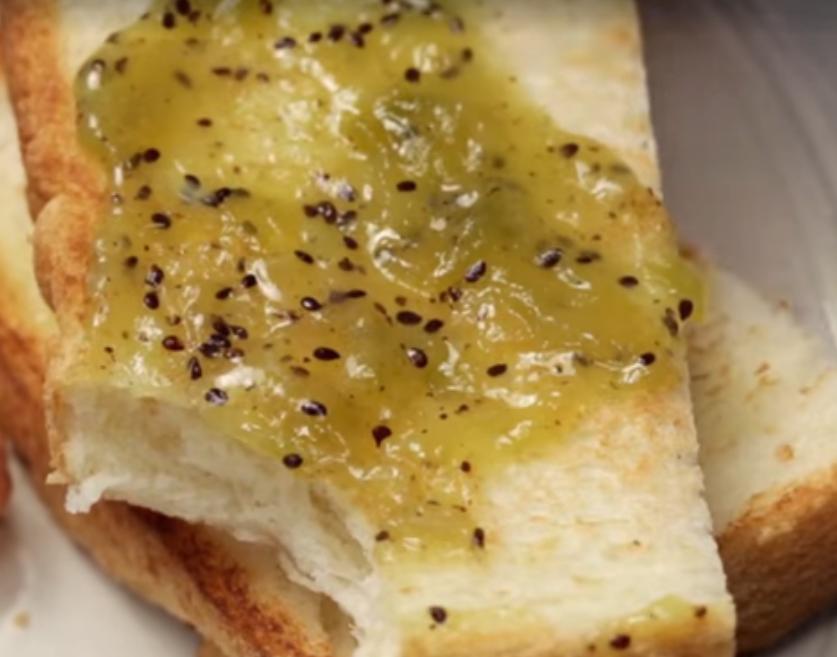 Джем из киви на хлебе
