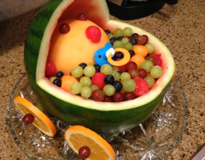 Нарезка фруктов в арбузе в виде коляски