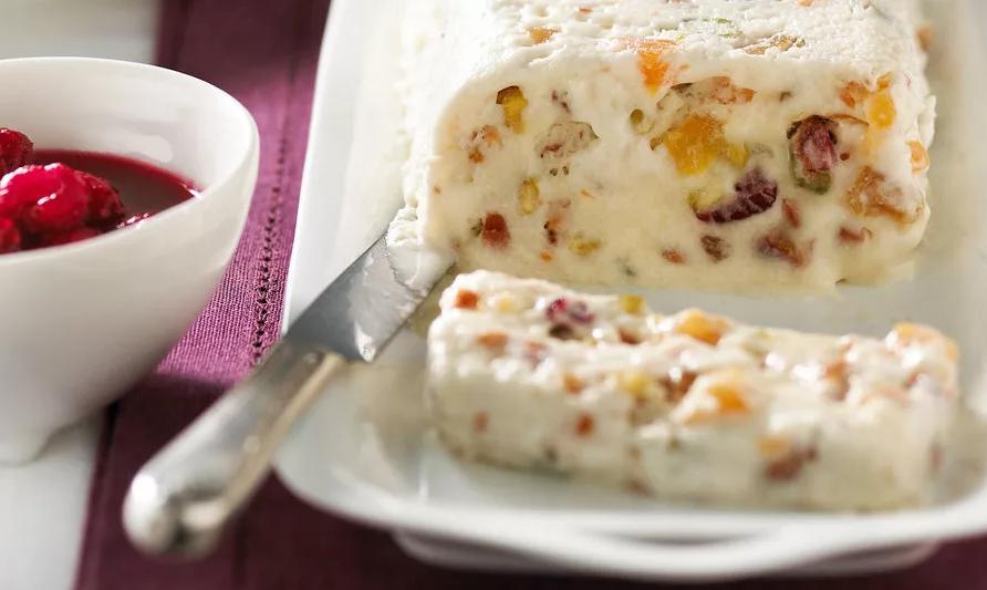 Вкусная творожная масса на тарелке