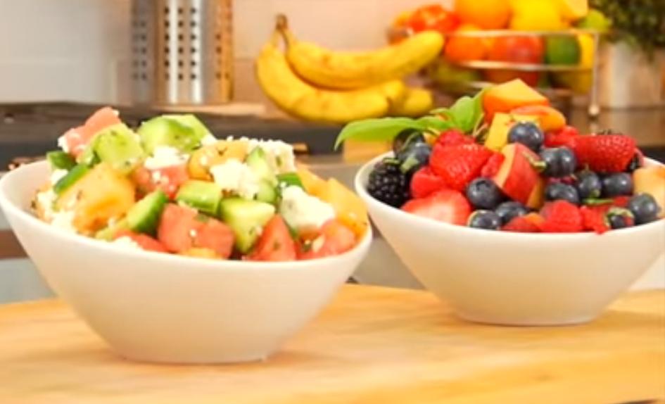Салат диетический из фруктов на столе