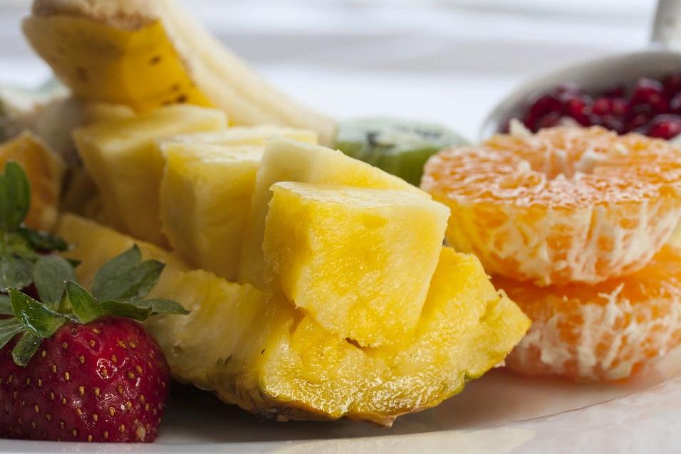 Нарезка ананаса на столе