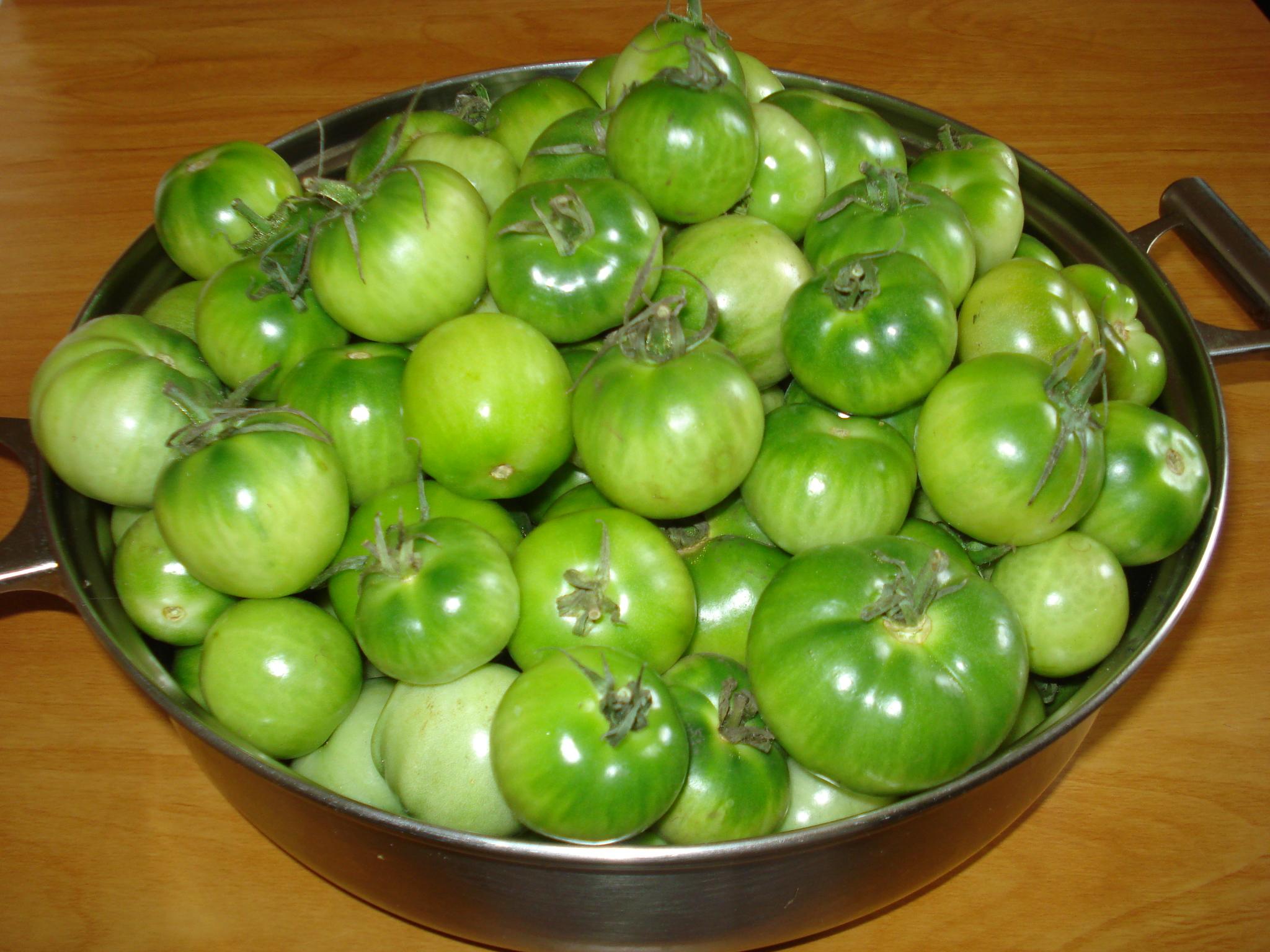 Зеленые мелкие помидоры в чашке на столе