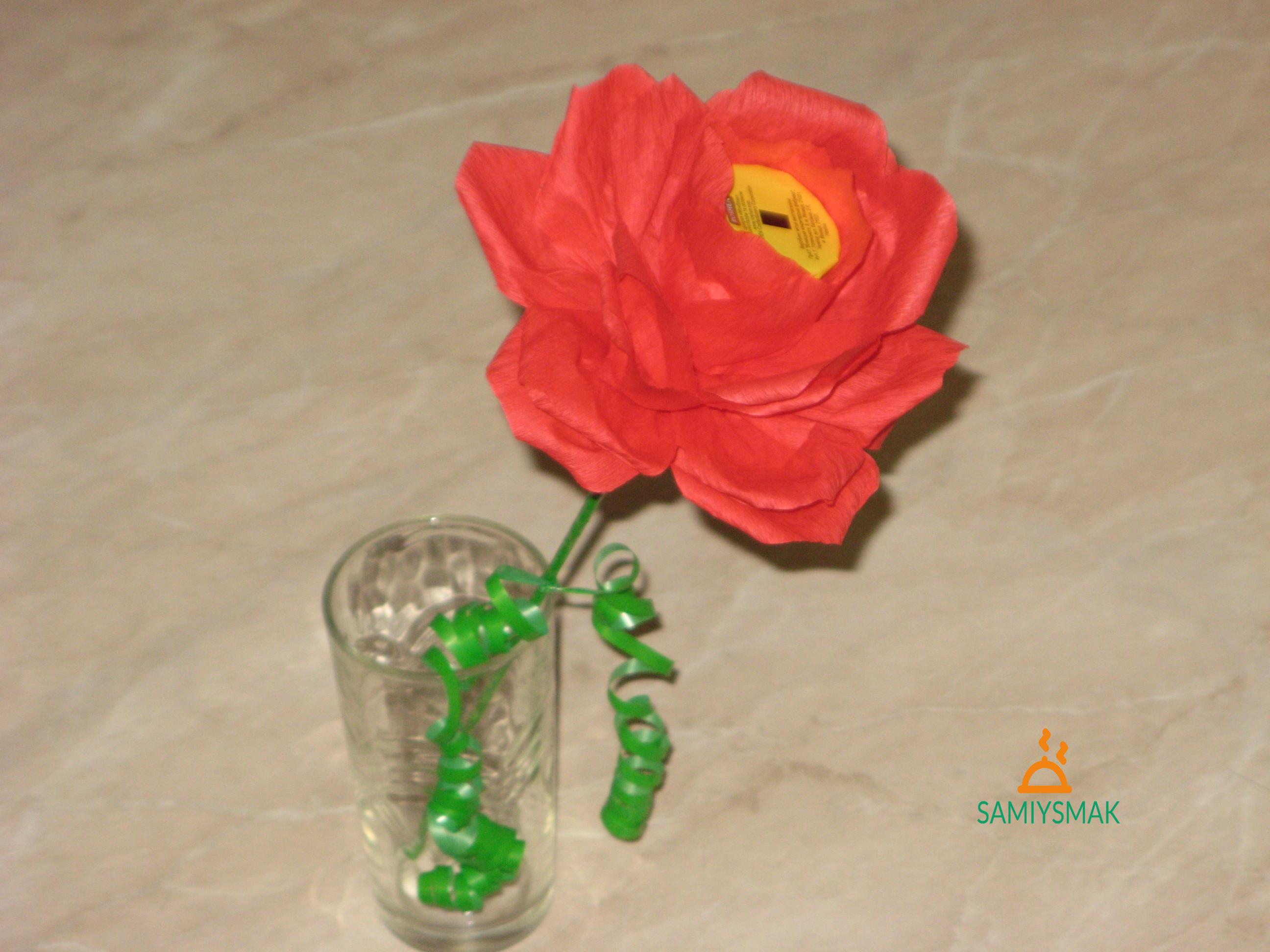 Красная роза с конфетой сосалкой