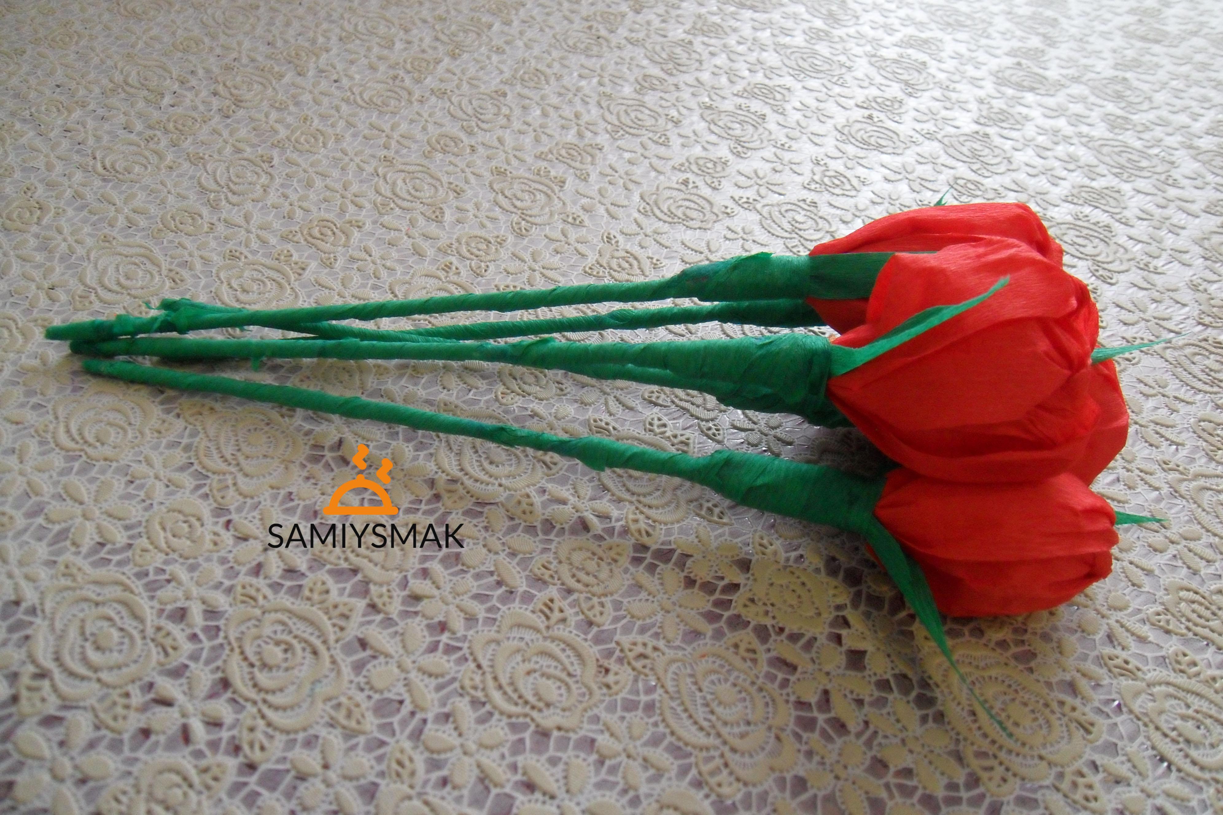 Розы из бумаги двух цветов