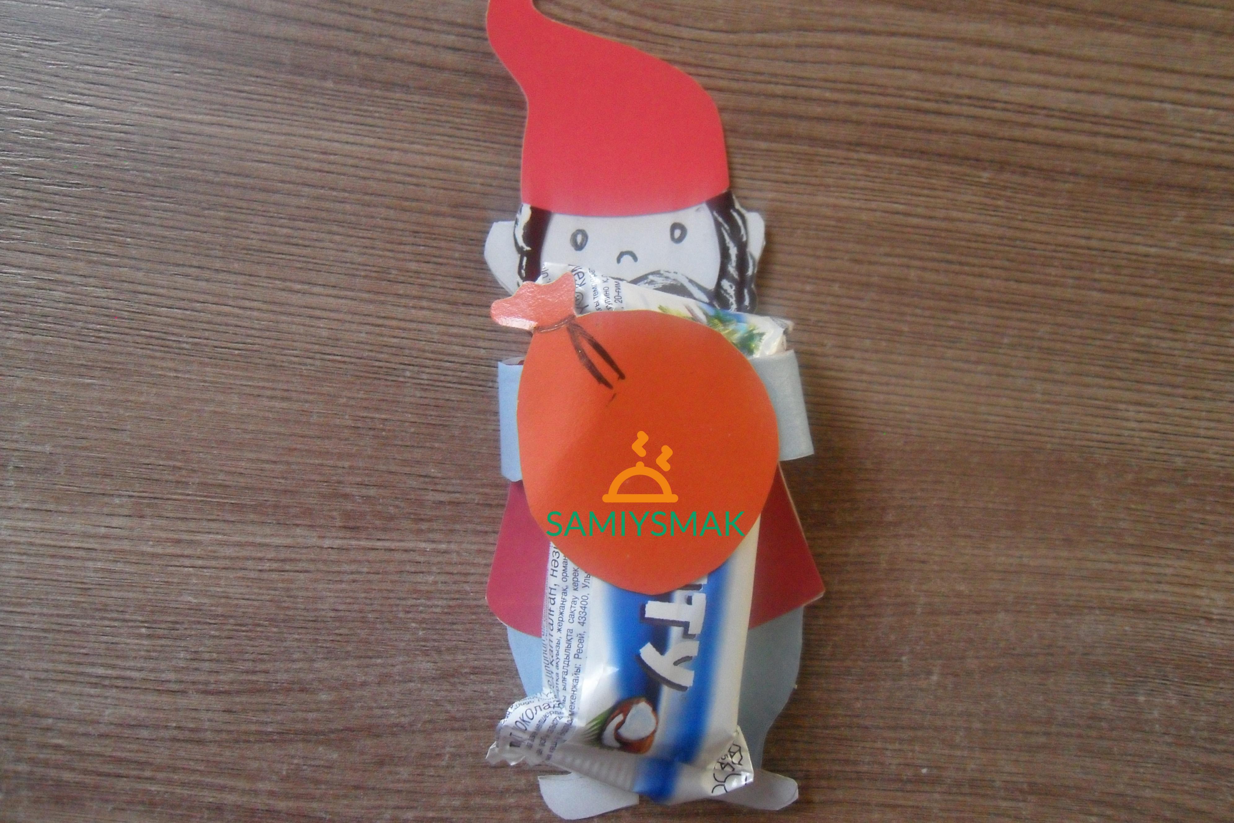 Гном с конфетой в лапах