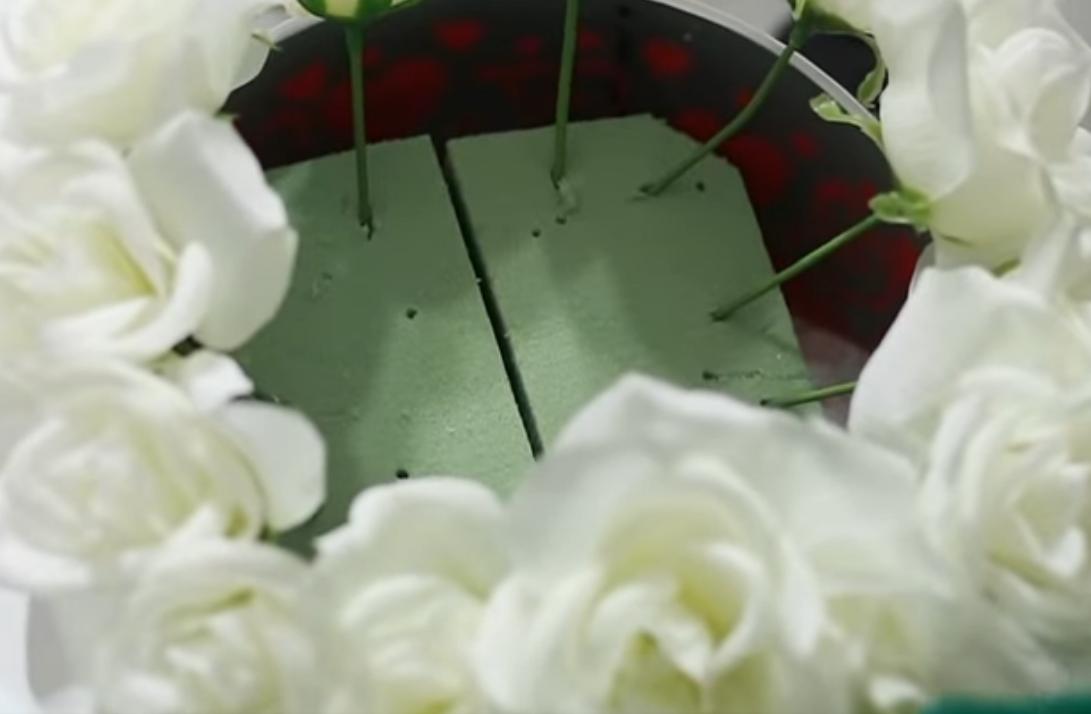 Цветы по краю губки в кашпо
