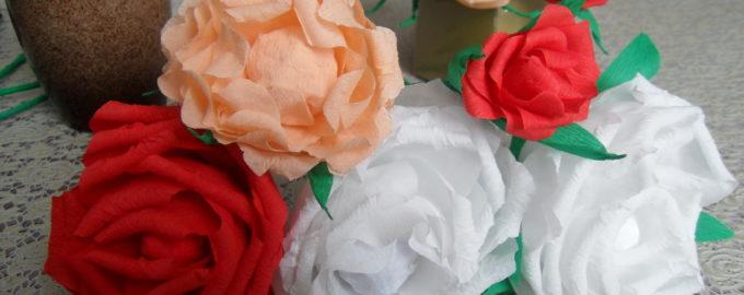 Розы из гофрированной бумаги с конфетами в подарок