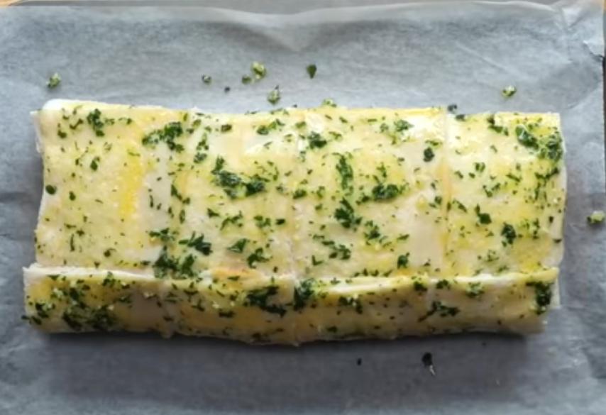 Батон из хлеба под чесноком