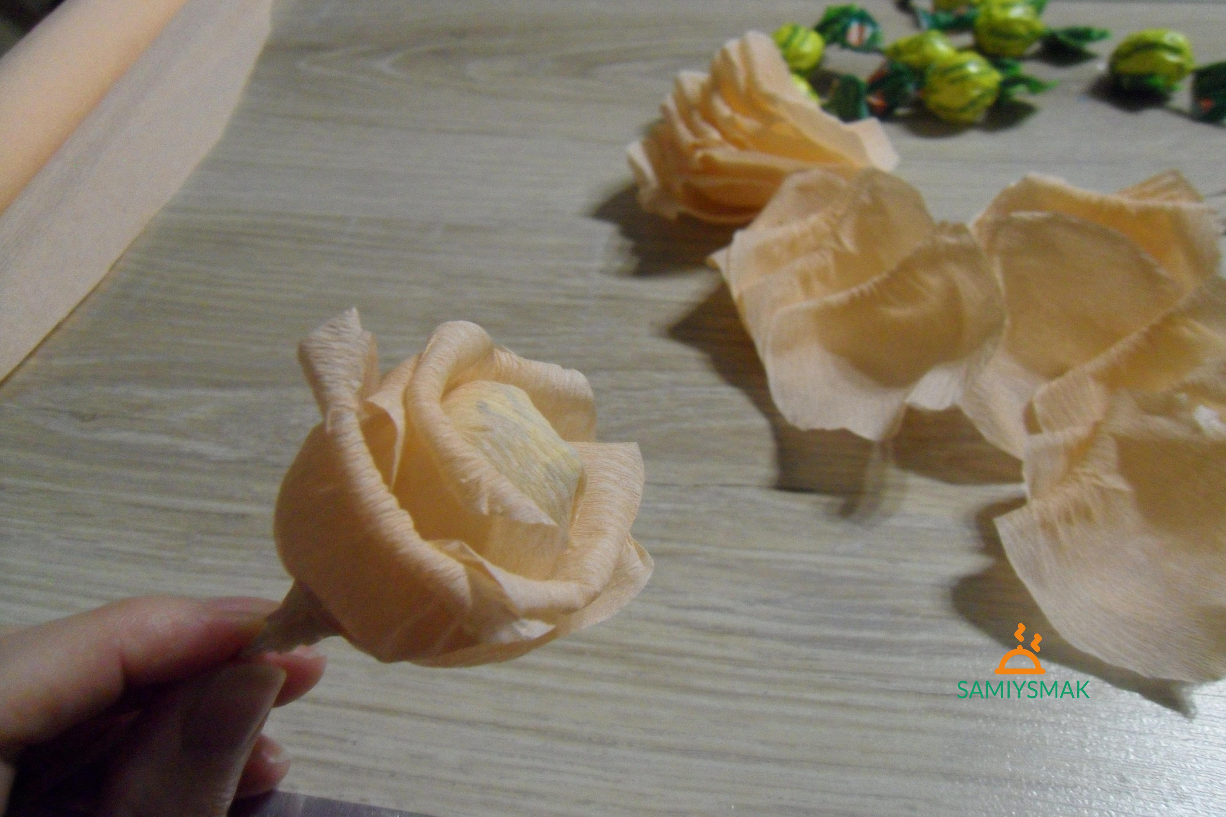 Роза среднего размера