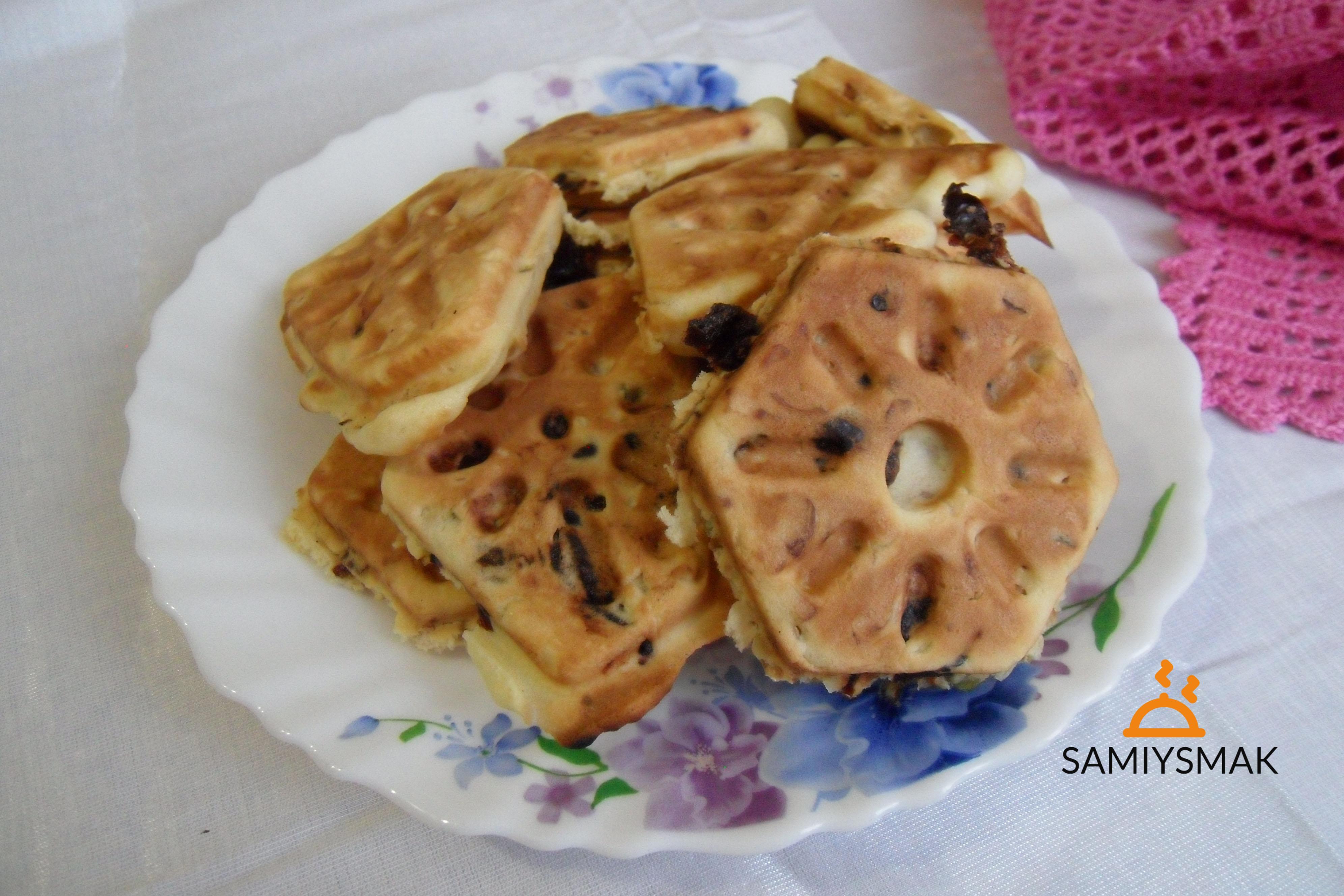 Печенья с сухофруктами на тарелке на столе