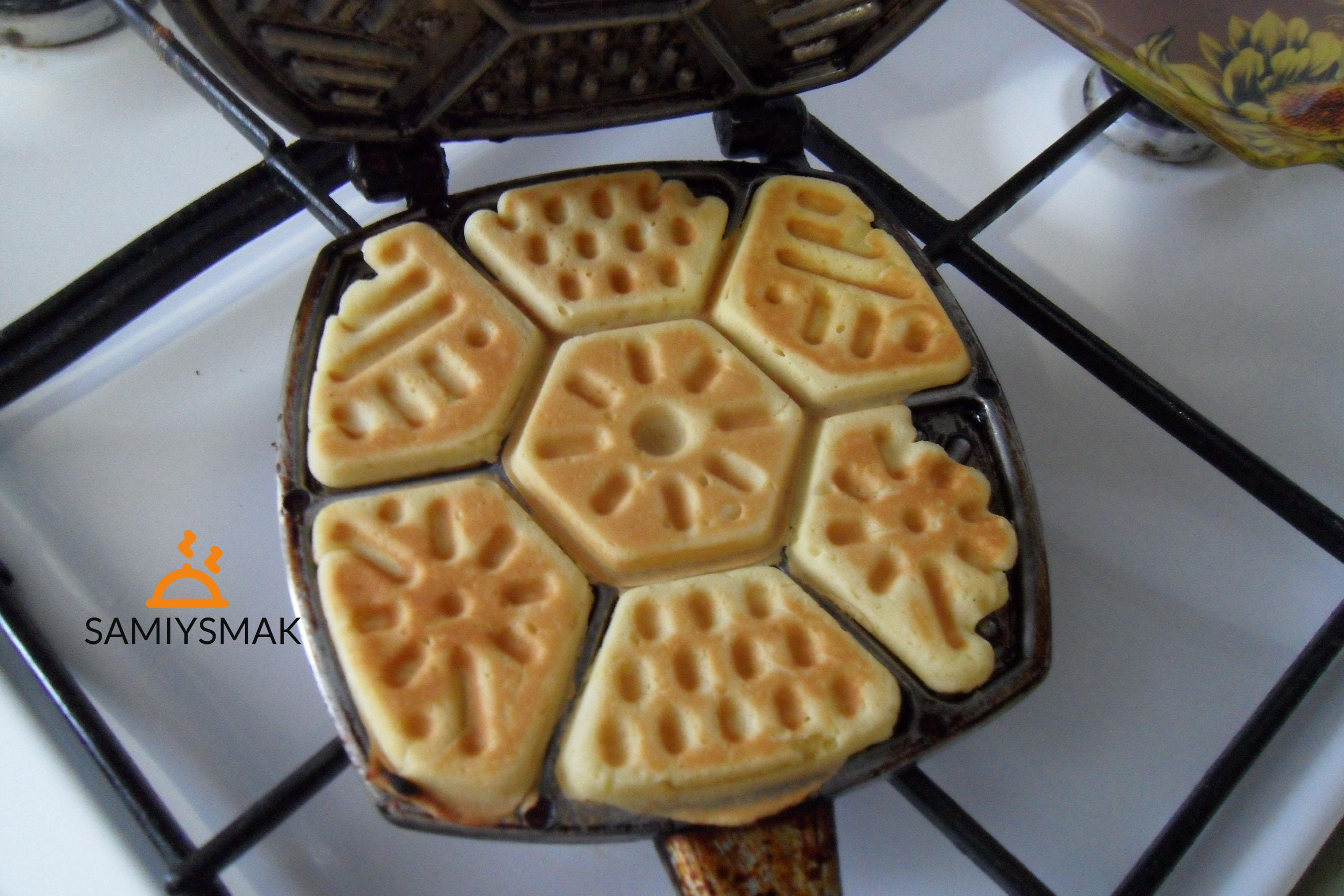 Румяные печенья в сковороде