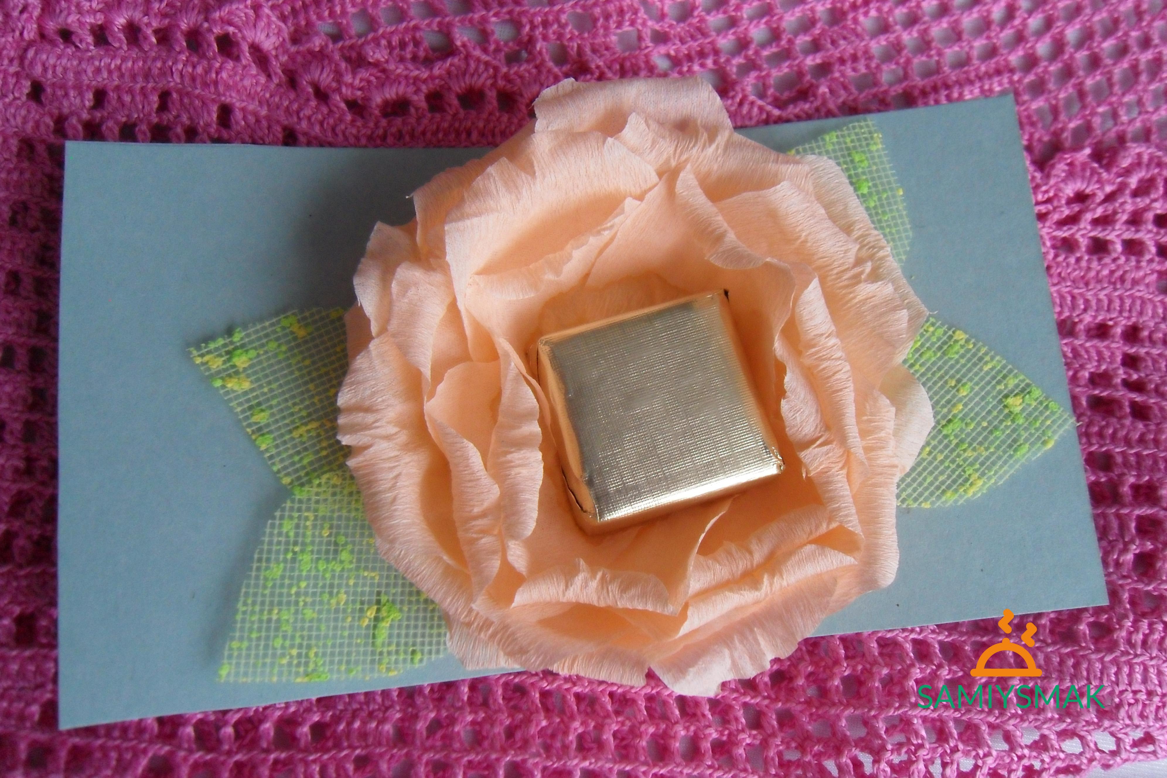 Открытка с конфетой внутри