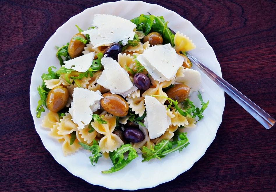 Салат с оливками и маслинами дома