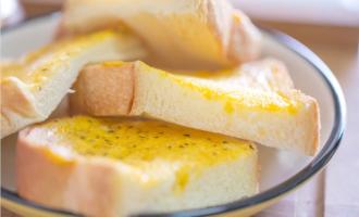 Главная гренка с яйцом на сковороде