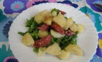 Жареная картошка с сосисками на сковороде с зеленью