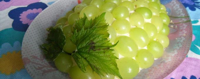 Салат в виде грозди винограда с курицей