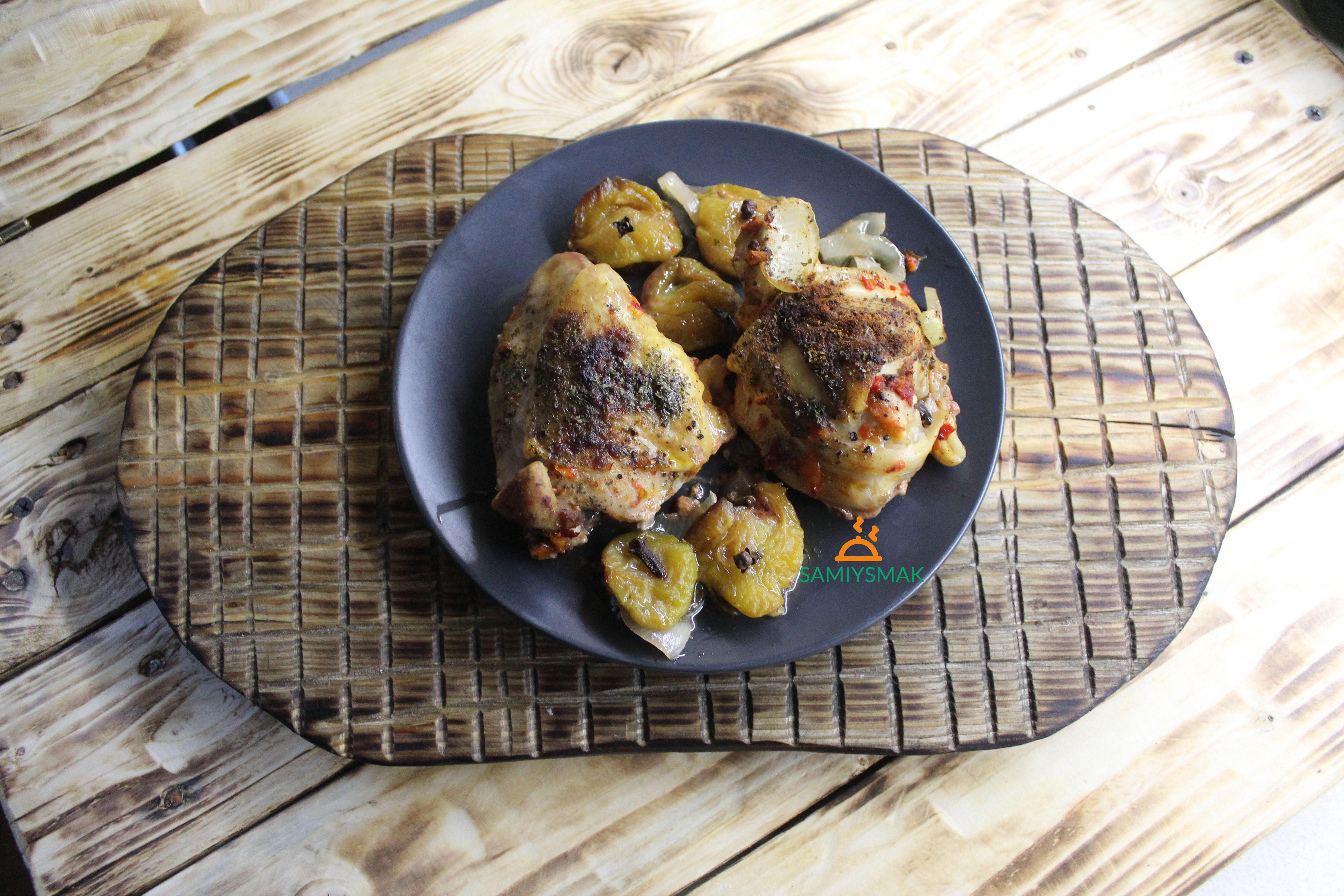Куриные бедра в духовке с луком