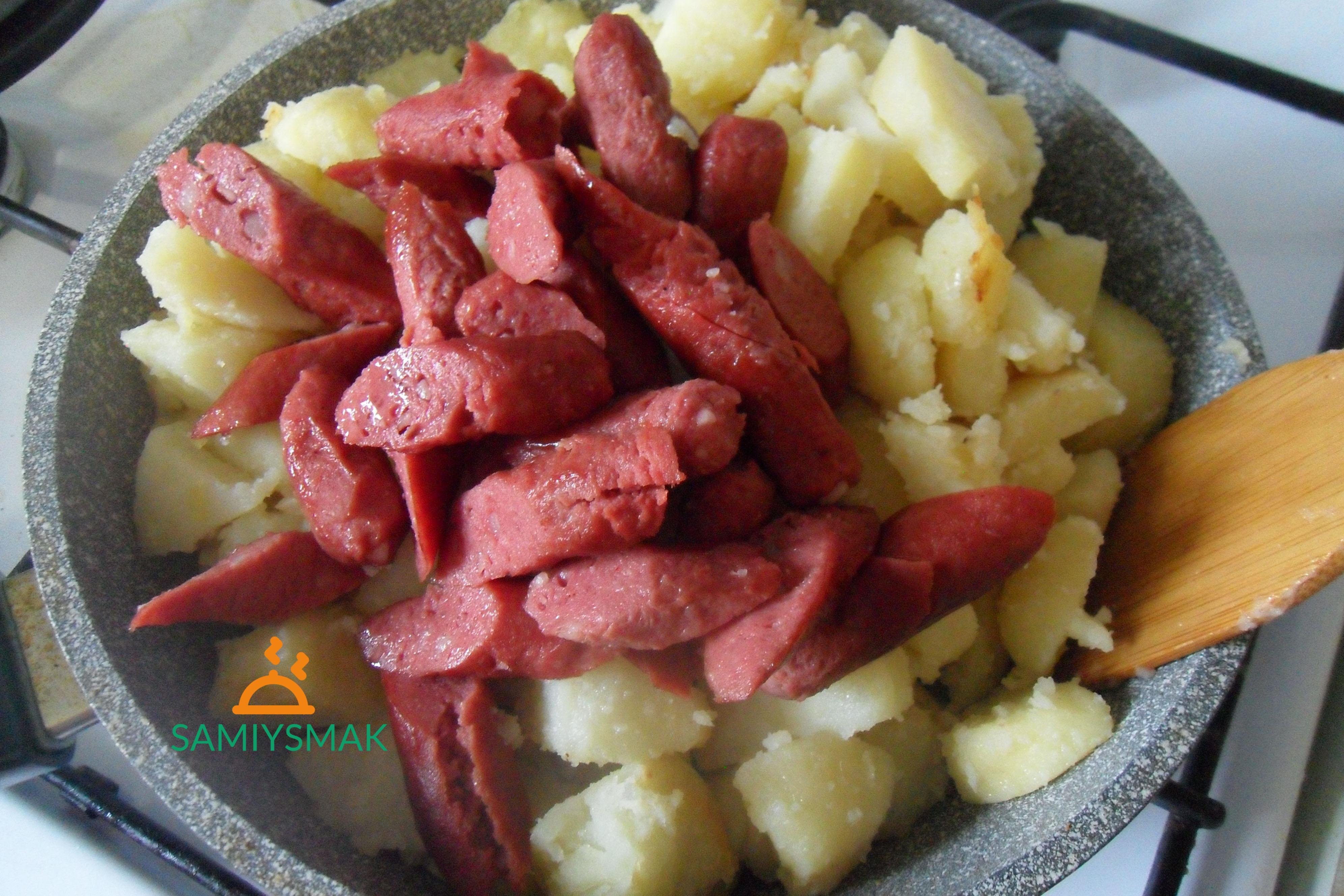 Ингредиенты в жареную картошку с сосисками