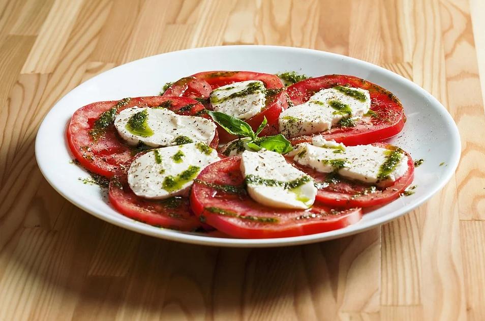 Помидорный салат с моцареллой