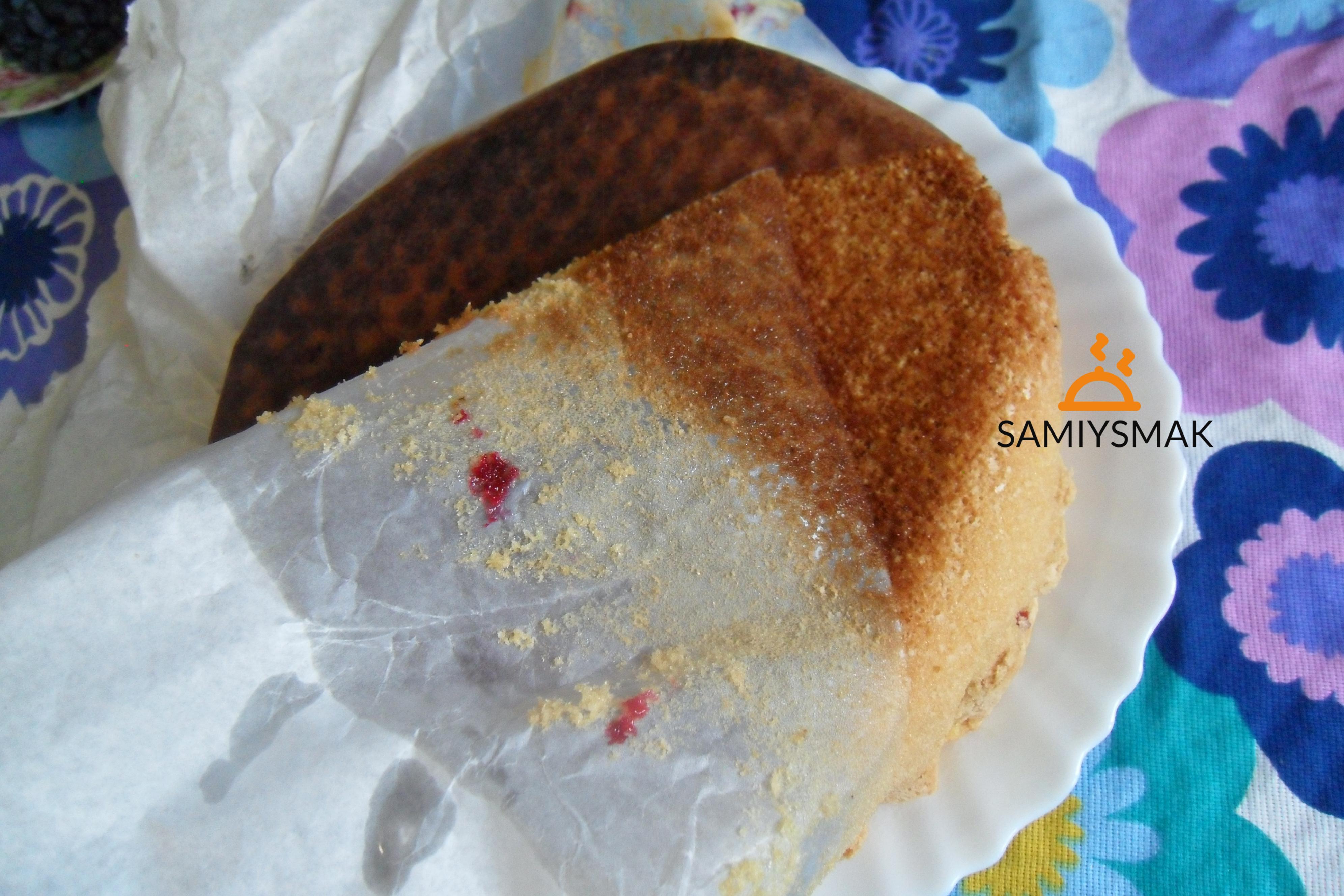Пекарская бумага на пироге с жимолостью