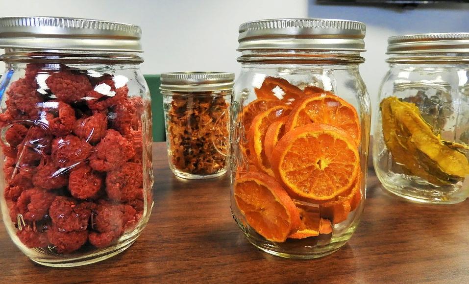 Апельсиновые чипсы в банке